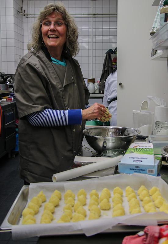 Foto Cynthia maakt cocoteles
